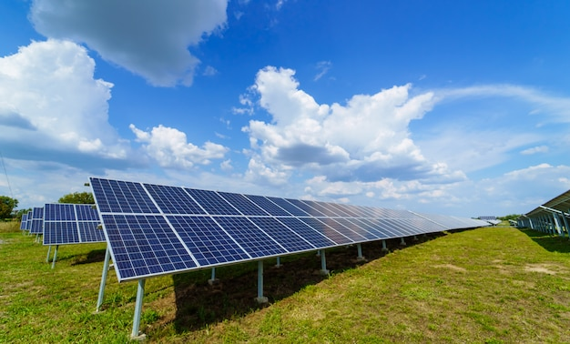 Panel solar sobre fondo de cielo azul Foto Premium