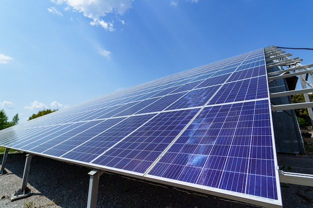 Panel solar sobre fondo de cielo Foto Premium