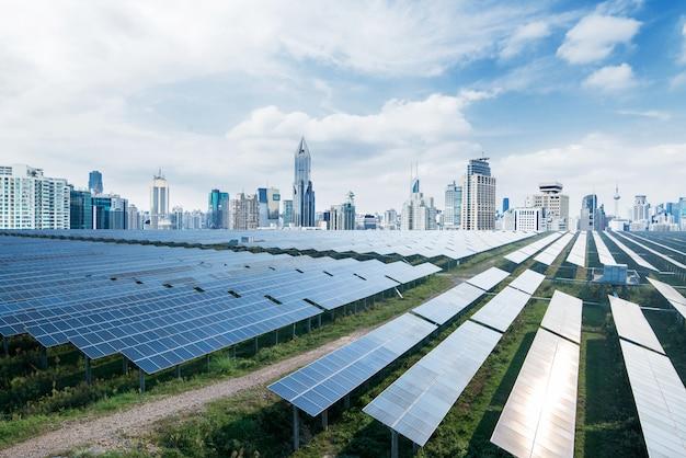 Paneles solares de fondo urbano, shanghai, china. Foto Premium