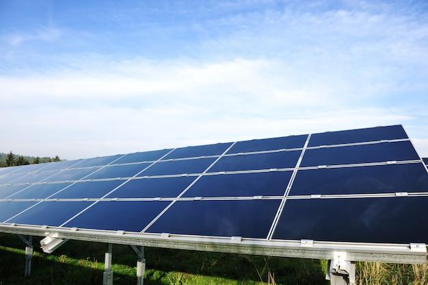 Paneles solares fotovoltaicos de energía alternativa contra el cielo azul Foto Premium