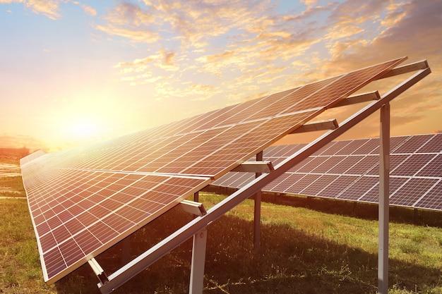 Paneles solares en los rayos del amanecer. concepto de recursos sostenibles Foto Premium