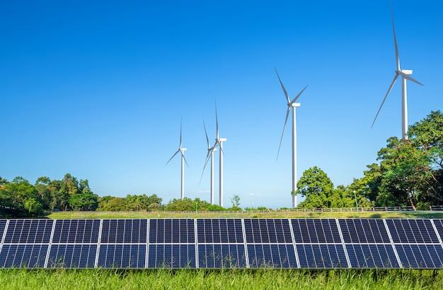 Paneles solares con turbinas de viento contra el paisaje de mountanis contra el cielo azul con nubes. Foto Premium