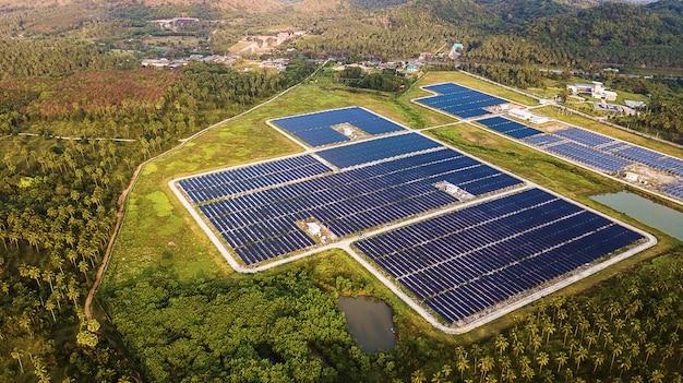 Paneles solares en vista aérea. Foto Premium