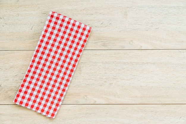Paño de cocina en mesa de madera. Foto gratis