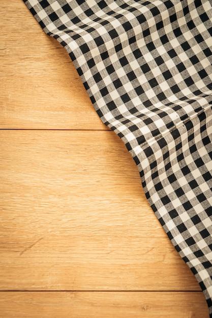 Paño de cocina en la mesa de madera | Descargar Fotos premium