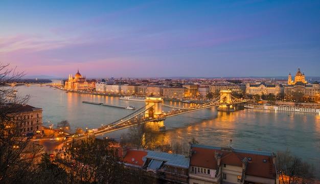 Panorama de budapest central en la noche Foto Premium