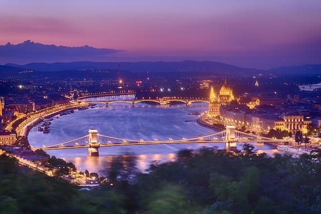 Panorama de budapest con el parlamento y puentes durante la hora azul puesta de sol. Foto Premium
