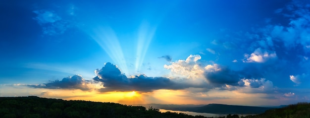 Panorama del cielo del atardecer con rayos de luz en la hora del crepúsculo Foto Premium