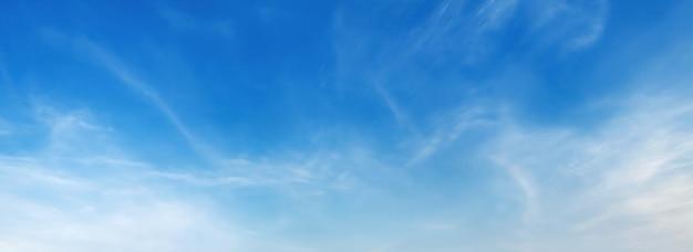 Panorama cielo azul con nubes suaves Foto Premium