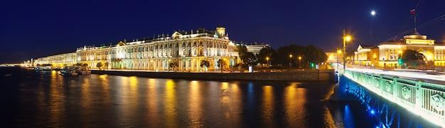 Panorama del palacio de invierno en la noche Foto gratis