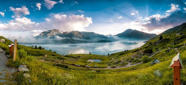 Panorama en un prado en un lago de montaña durante el verano Foto Premium