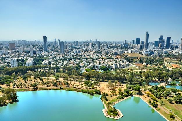 Panorama tel aviv con vista al centro de negocios del distrito de tel aviv y al lago en el parque ayarkon Foto Premium