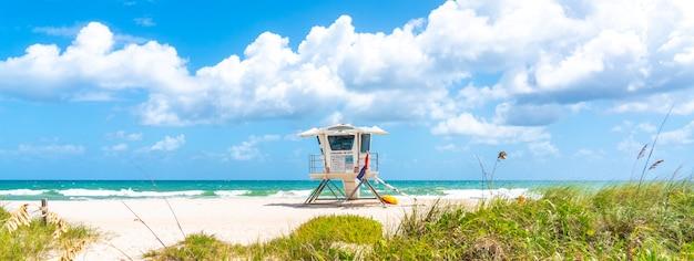 Panorama con torre de salvavidas en la playa en fort lauderdale, florida, ee.uu. Foto Premium
