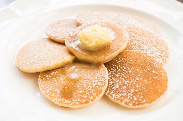 Panqueques con mantequilla en la parte superior Foto gratis