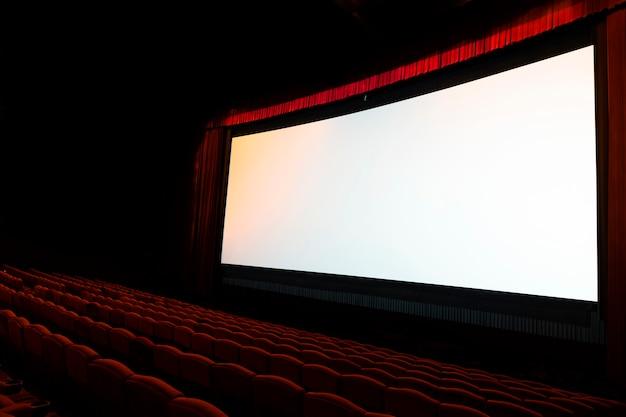 Pantalla de cine con asientos rojos abiertos Foto Premium
