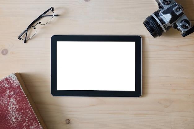 Pantalla de la tableta con las gafas de la cámara y el libro Foto gratis