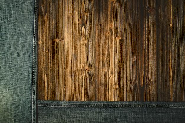Pantalones vaqueros deshilachados o vaqueros azul colección denim sobre madera. Foto Premium