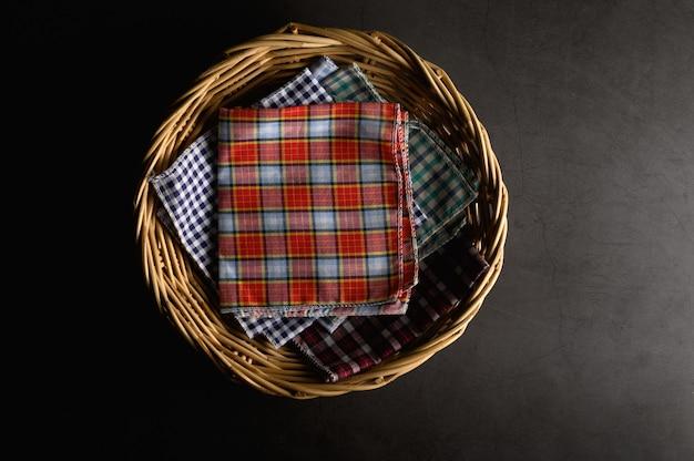 Pañuelos colocados en una canasta de madera Foto gratis