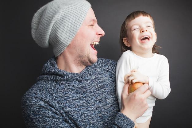Papá juega con un pequeño hijo encantador. Foto Premium