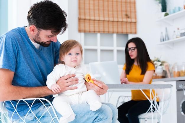 Papá con niño en la cocina Foto gratis