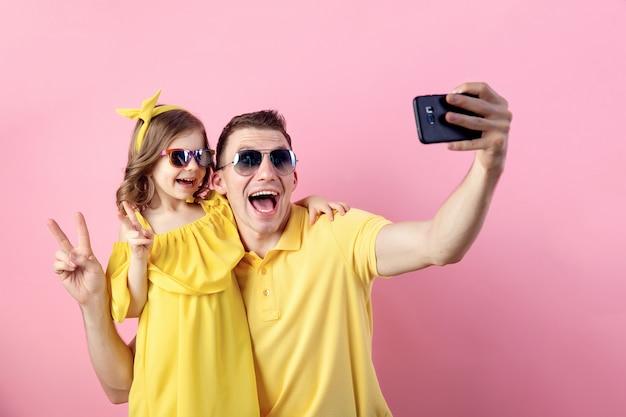 Papá y su pequeña hija haciendo selfie con teléfono inteligente Foto Premium