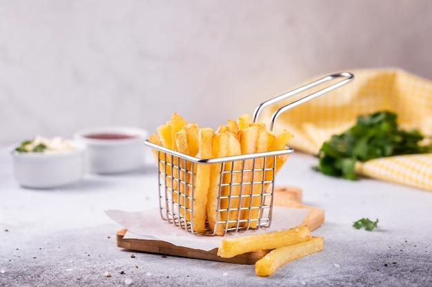 Papas fritas en una canasta moderna Foto Premium