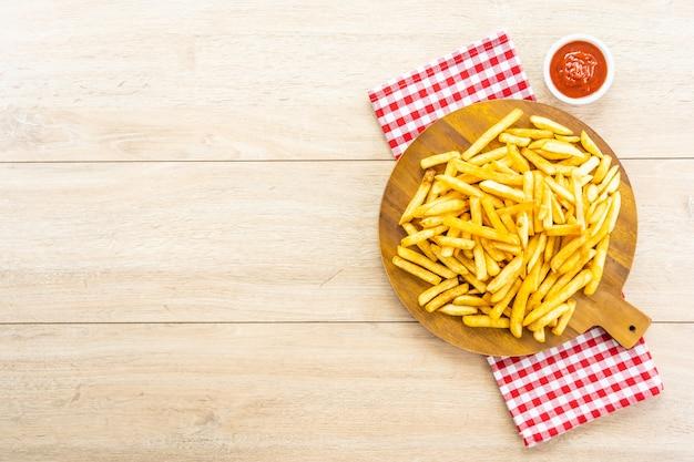 Papas fritas con salsa de tomate o salsa de tomate Foto gratis