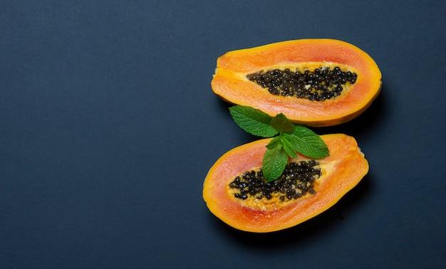 Papaya en azul oscuro Foto Premium