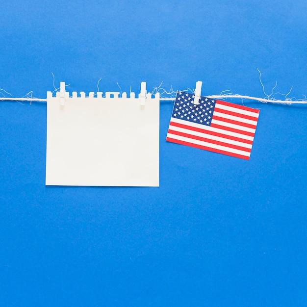 Papel en blanco y bandera de los estados unidos Foto gratis