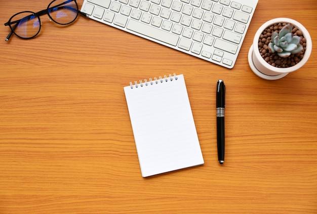 Papel en blanco en el escritorio vista superior de negocios Foto Premium