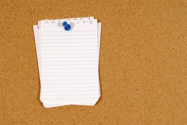 El papel de carta clavado en un tablero de corcho Foto gratis