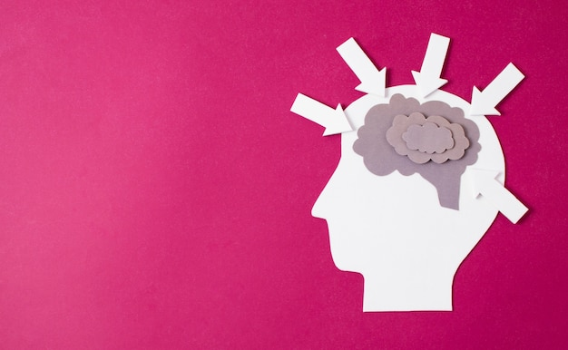 Papel hecho cerebro en persona cabeza Foto gratis