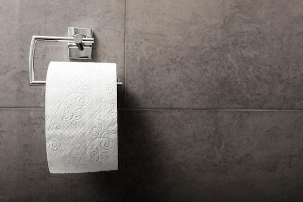 Papel higiénico en el baño con espacio de copia Foto Premium