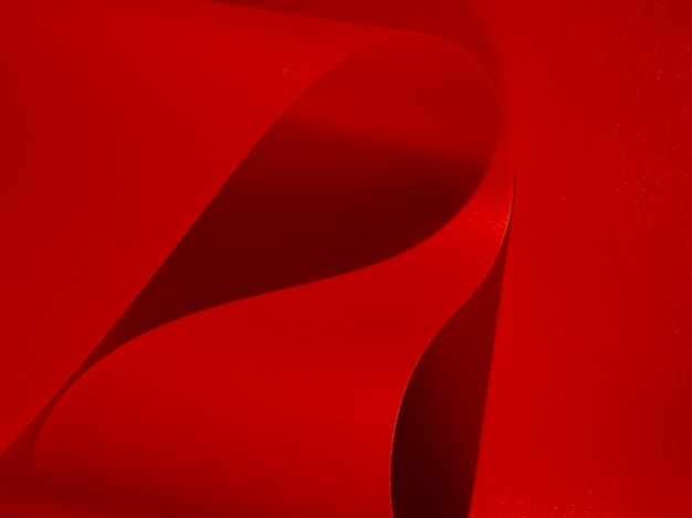 Papel monocromo curvo abstracto rojo primer plano Foto gratis