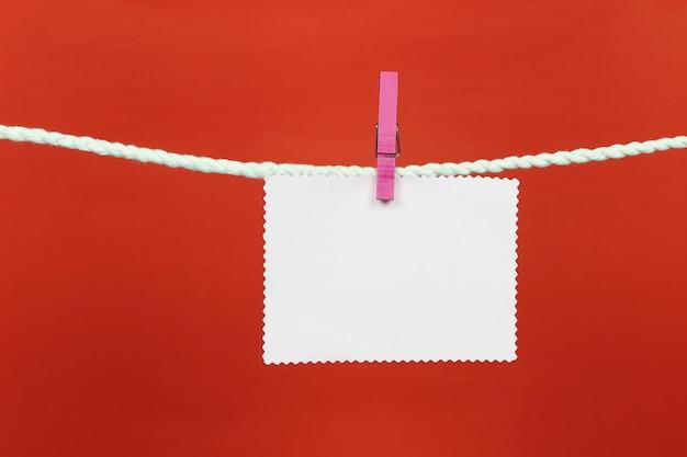 Papel de nota vacío colgar en el tendedero. Foto Premium