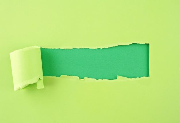 Papel rasgado, agujero en la hoja de papel. Foto Premium