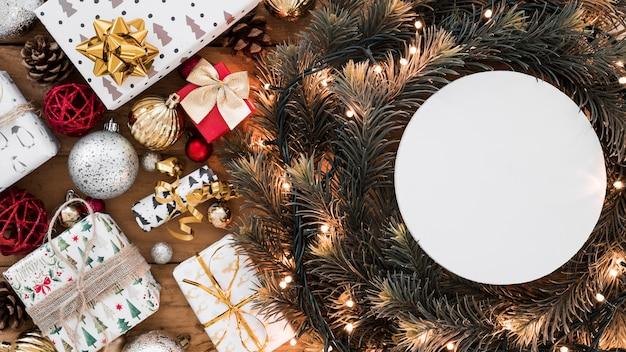 Papel redondo sobre corona de navidad. Foto gratis