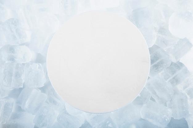 Papel redondo sobre cubitos de hielo Foto Premium