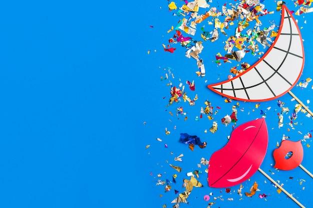 El papel sonríe en confeti Foto gratis