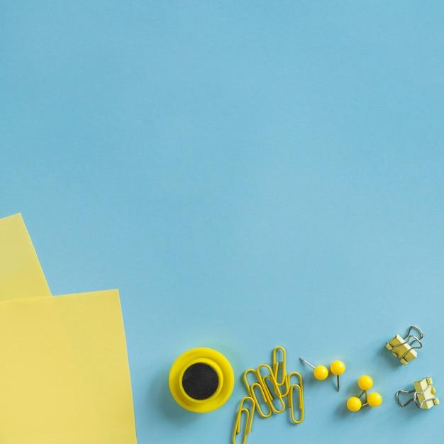Papelería amarilla en el escritorio Foto gratis