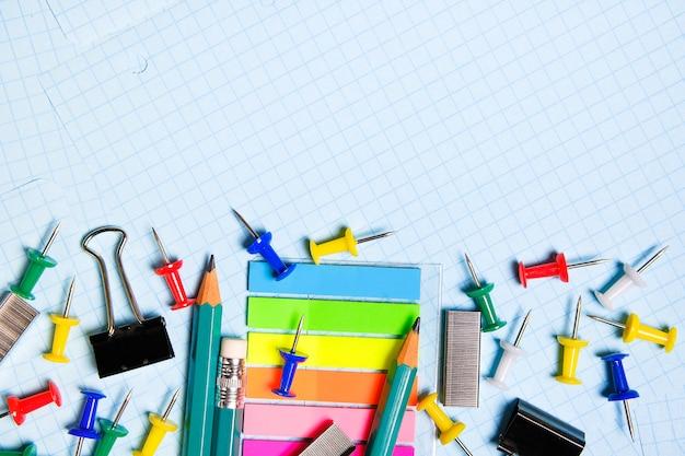 Papelería escolar y de oficina en una hoja en blanco. Foto Premium