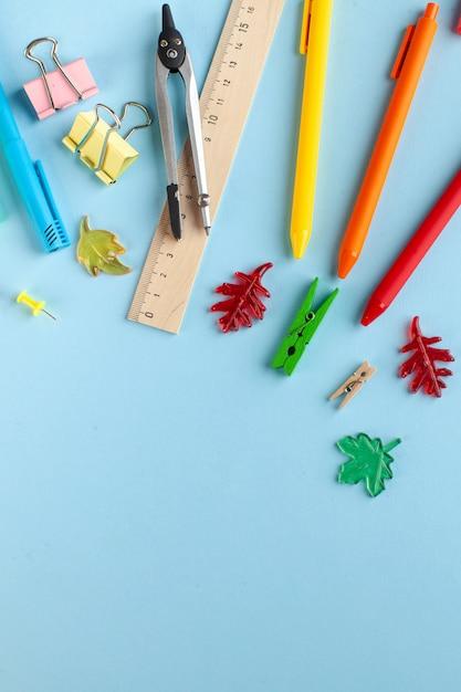 Papelería escolar sobre un fondo azul. concepto de papelería, preparación para la escuela, día del conocimiento. Foto Premium
