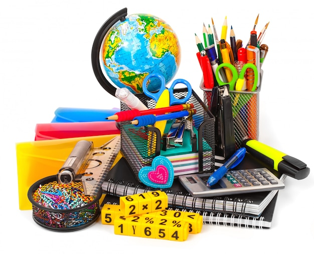 Papelería con estuche y material escolar sobre mesa Foto Premium