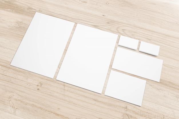 Papelería de papel en blanco en escritorio de madera Foto gratis