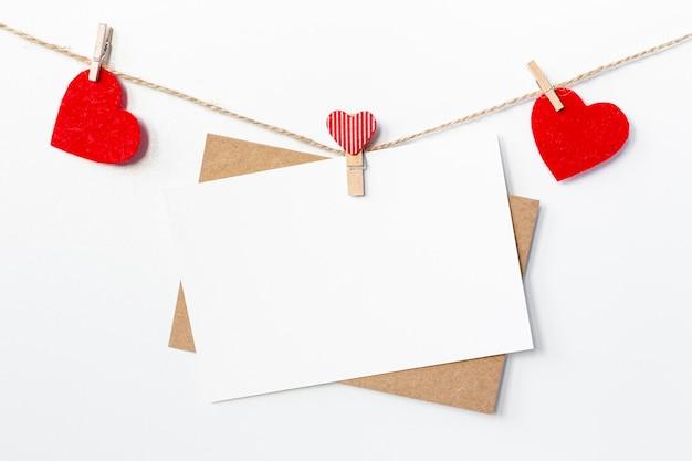 Papeles con corazones en cuerda para el día de san valentín Foto Premium
