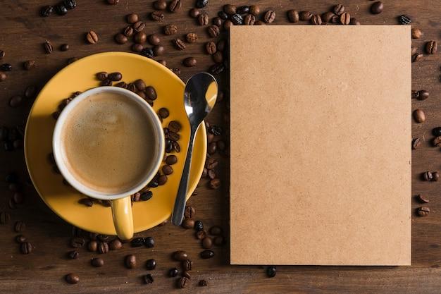 Paquete de papel y taza de café. Foto gratis