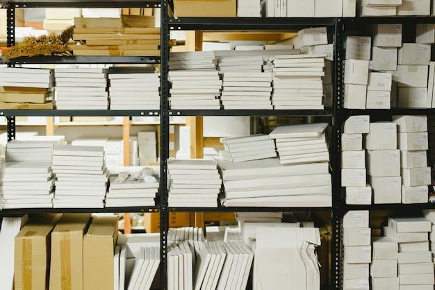 Nom0wvn8 Paquetes Estantes Una En De Almacenados Tienda 45AR3jL