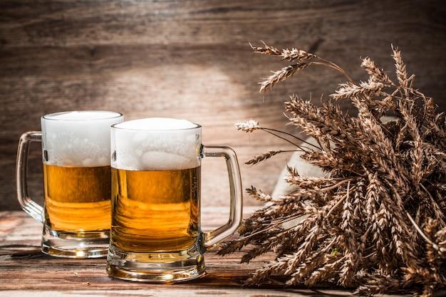 Par de cervezas en el fondo de madera vacía Foto Premium
