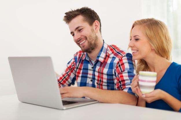 Par comprobar algo en la computadora en casa Foto gratis