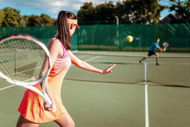 Par jugar al tenis en la cancha al aire libre Foto Premium
